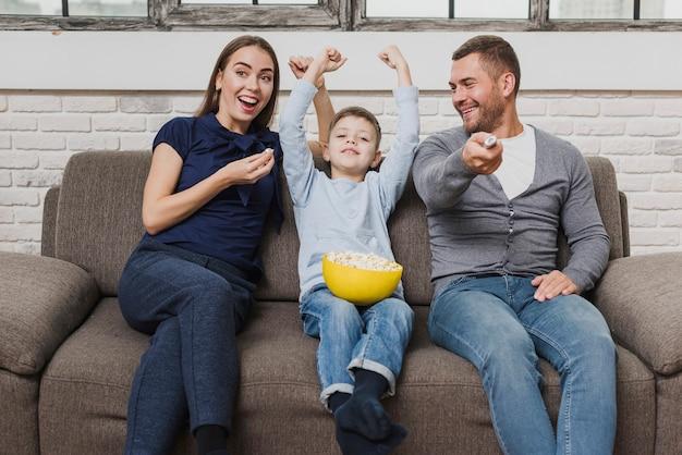 Retrato de familia viendo una película
