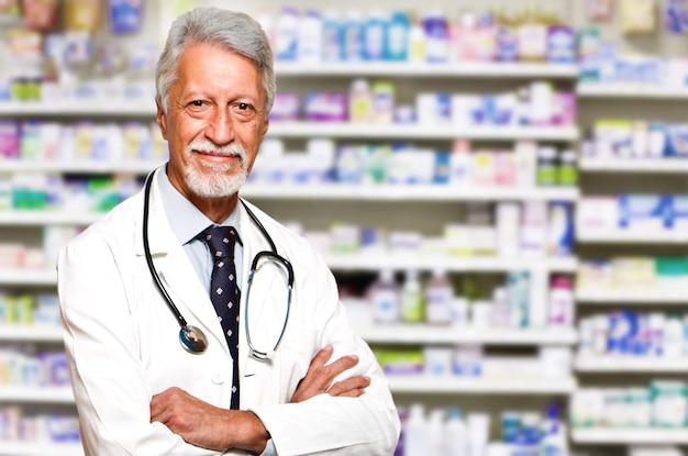 Retrato de un farmacéutico masculino en farmacia