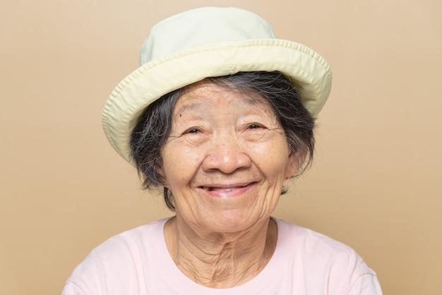Retrato de felicidad mujer mayor del sudeste asiático.
