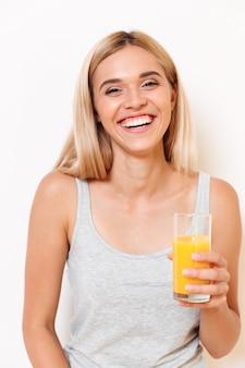 Retrato de una feliz chica atractiva en ropa interior