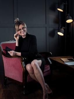 Retrato de feliz empresaria en la oficina