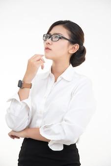 Retrato de feliz encantadora joven asiática con cuello blanco