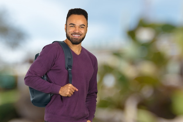Retrato feliz del estudiante universitario afroamericano aislado