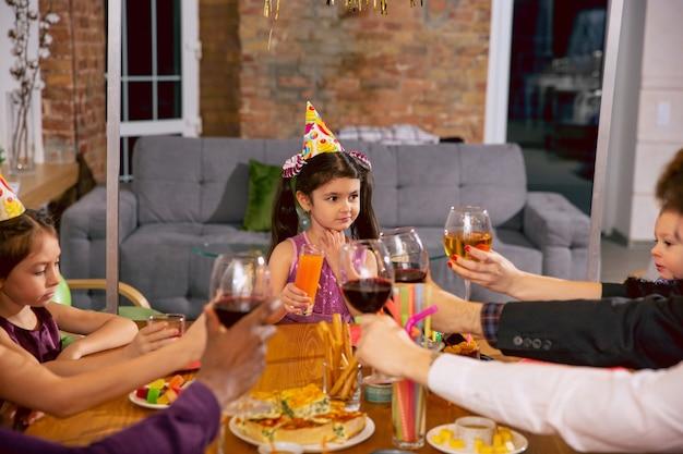 Retrato de feliz familia multiétnica celebrando un cumpleaños en casa