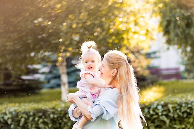 Retrato de feliz joven madre con hijita linda pasar tiempo juntos