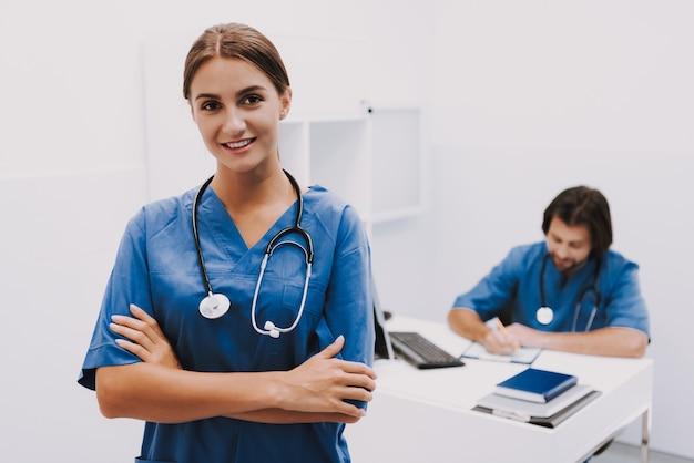 Retrato de feliz médico femenino en clínica