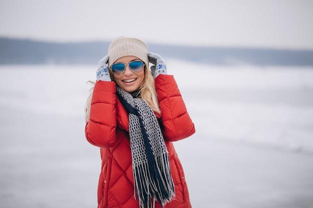 Retrato feliz de la mujer en invierno afuera en parque