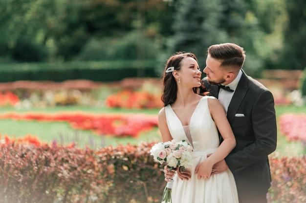 Retrato de feliz novia y el novio en el día de su boda