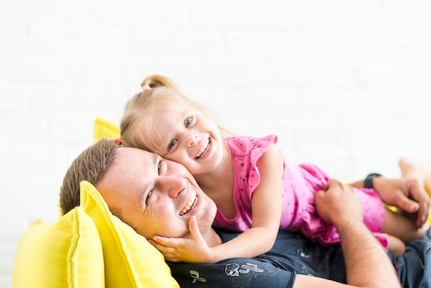 Retrato de un feliz padre e hija