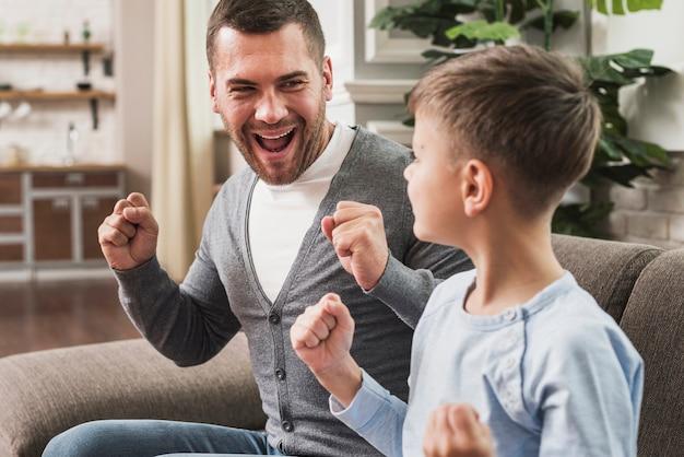 Retrato de feliz padre e hijo