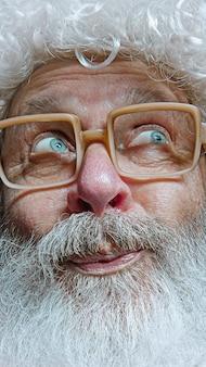 Retrato de feliz papá noel. concepto de celebración de navidad.