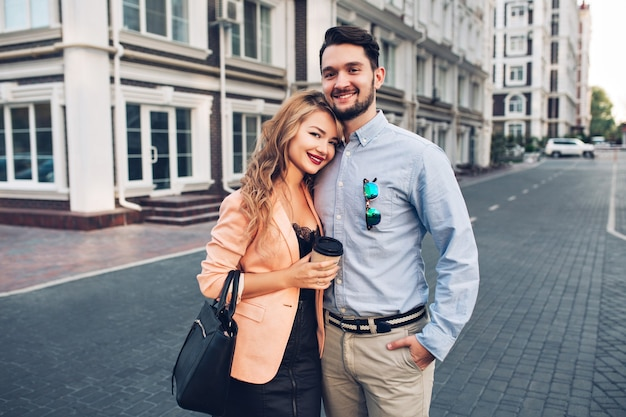 Retrato feliz pareja abrazándose en el barrio británico.