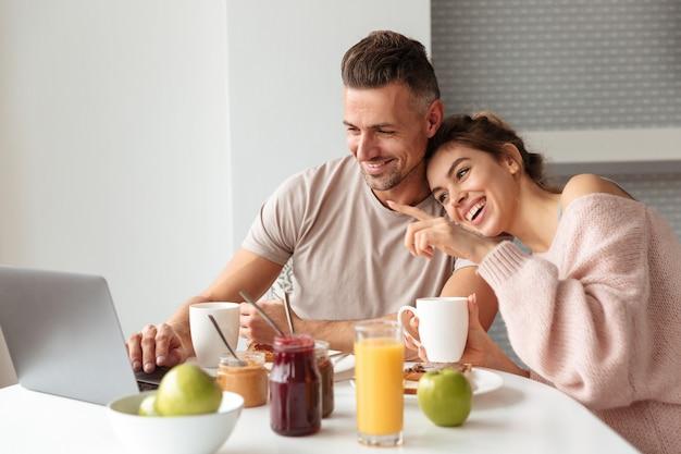 Retrato de una feliz pareja amorosa desayunando