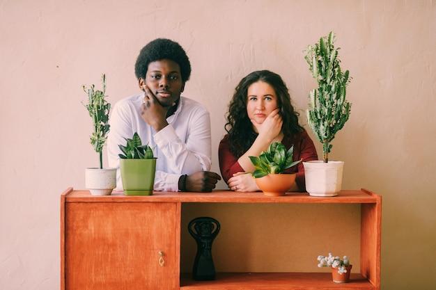 Retrato de la feliz pareja amorosa interracial detrás de la oficina