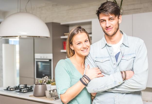 Retrato de la feliz pareja en la cocina