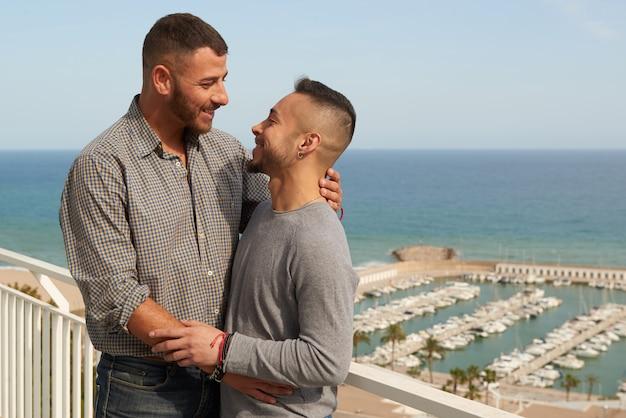 Retrato de una feliz pareja gay al aire libre