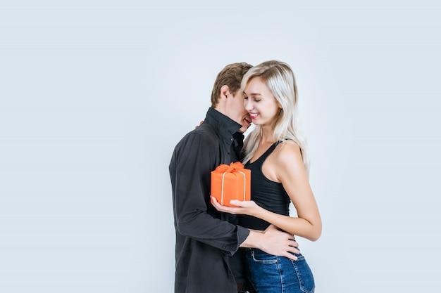 Retrato de feliz pareja joven amor juntos sorpresa con caja de regalo