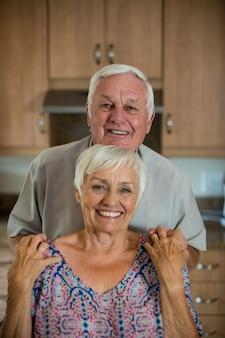 Retrato de la feliz pareja senior en la cocina de casa