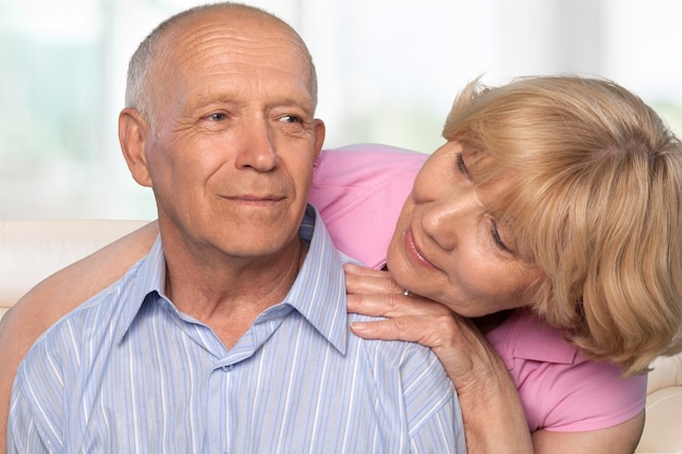 Retrato de la feliz pareja senior sonriendo en casa