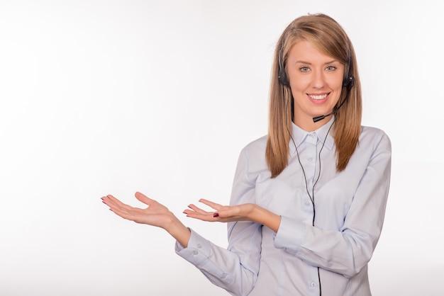 Retrato de feliz sonriente alegre joven operador de telefonía de apoyo
