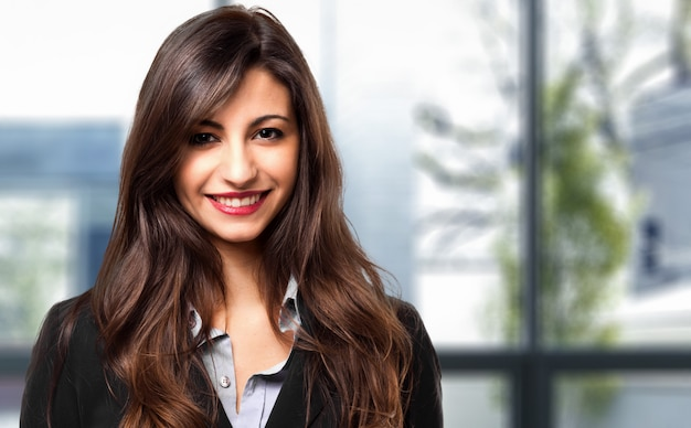 Retrato femenino joven sonriente del encargado