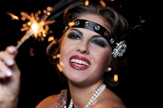 Retrato de fiesta mujer mano de fuegos artificiales
