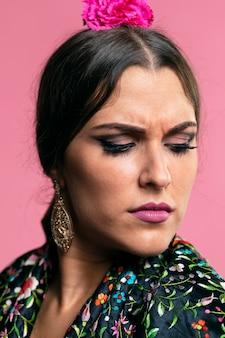 Retrato de flamenca con los ojos cerrados.