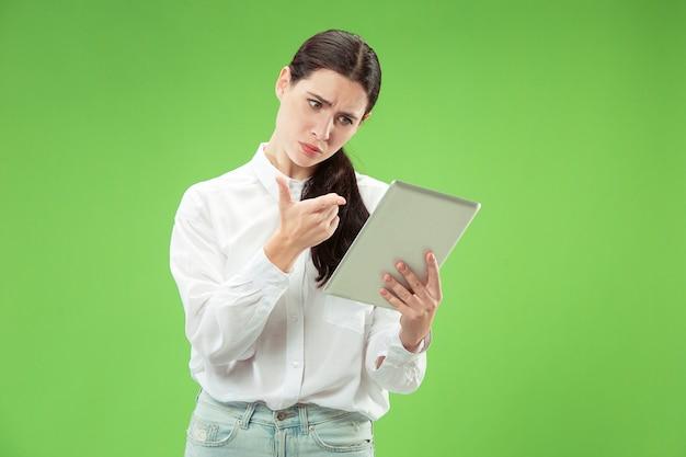 Retrato frontal de medio cuerpo femenino atractivo, fondo de estudio verde de moda