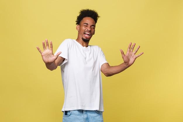 Retrato, furioso, enojado, enojado, disgustado, hombre joven que levanta las manos para decir que no hay parada.