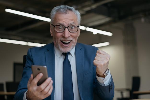 Retrato del ganador de la lotería en línea lleno de alegría