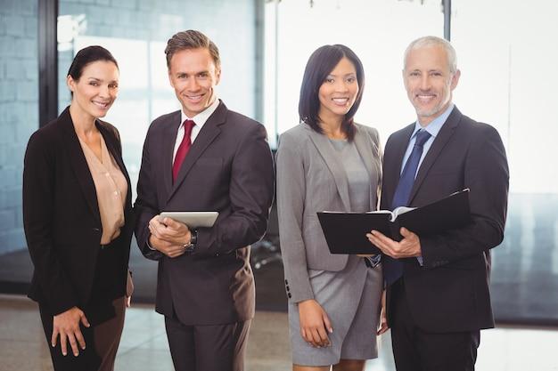Retrato de gente de negocios feliz con archivo y tableta digital