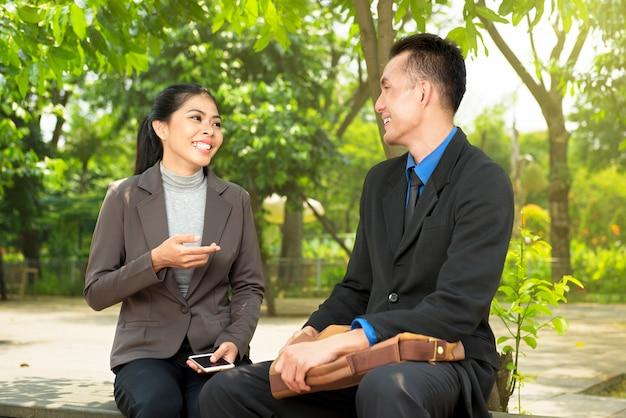 Retrato de gente de negocios relajarse y discutir algo