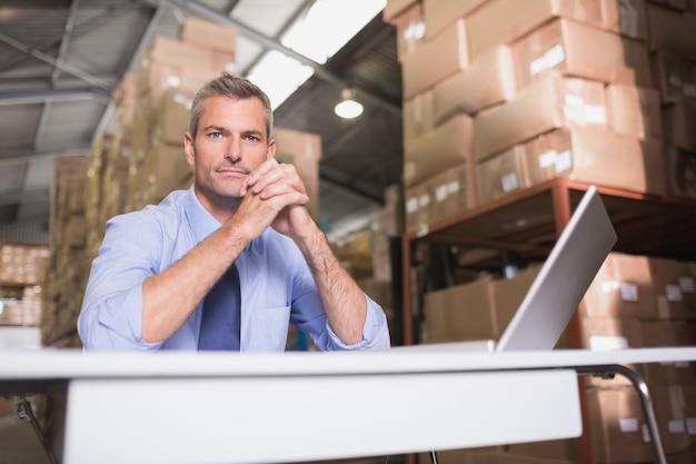 Retrato del gerente de almacén con la computadora portátil