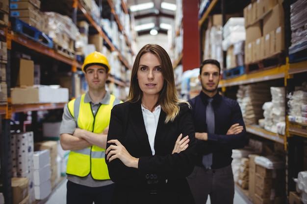 Retrato de gerente de almacén y trabajadores en almacén