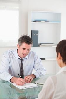 Retrato de un gerente entrevistando a una mujer solicitante