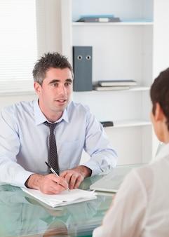 Retrato de un gerente entrevistando a un solicitante