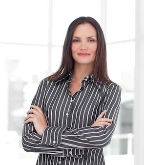 Retrato de un gerente femenino caucásico que mira la cámara
