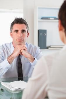 Retrato de un gerente serio entrevistando a un solicitante