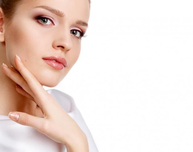 Retrato de glamour de hermosa mujer con maquillaje diario fresco. lápiz labial hidratante. modelado de cejas.