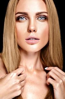 Retrato de glamour de hermosa mujer rubia modelo dama con maquillaje diario fresco con color de labios desnudos y cara de piel limpia y sana
