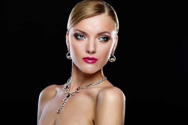 Retrato de glamour de mujer hermosa con maquillaje diario fresco y labios rosados