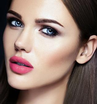Retrato de glamour sensual de mujer hermosa modelo dama con color de labios rosados y cara de piel limpia y saludable