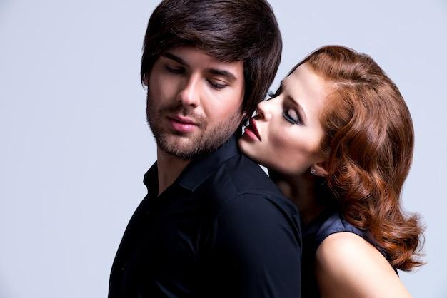 Retrato de glamour sexy pareja enamorada posando en ropa de elegancia