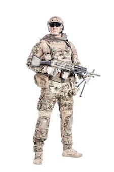 Retrato de gran soldado musculoso en uniformes de campo con ametralladora, retrato aislado en blanco