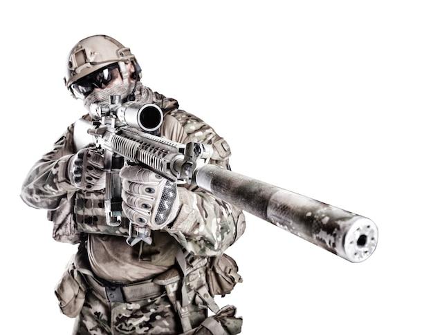 Retrato de gran soldado musculoso en uniformes de campo con rifle de francotirador, retrato aislado en blanco