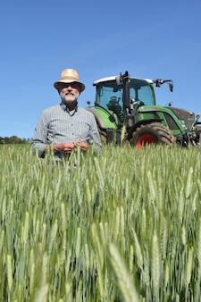 Retrato de un granjero en el campo