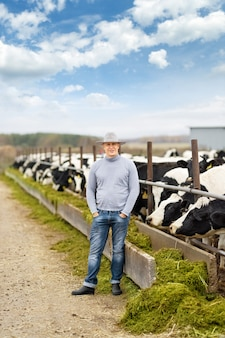 Retrato de granjero de vacas de granja