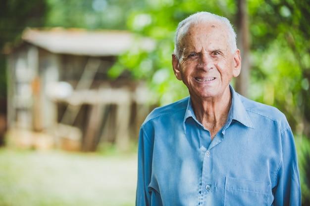 Retrato de granjero varón mayor sonriente