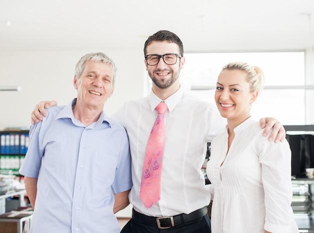 Retrato grupal de empresarios y ejecutivos