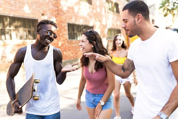 Retrato de grupo de adolescentes activos realizando actividad recreativa en una zona urbana.
